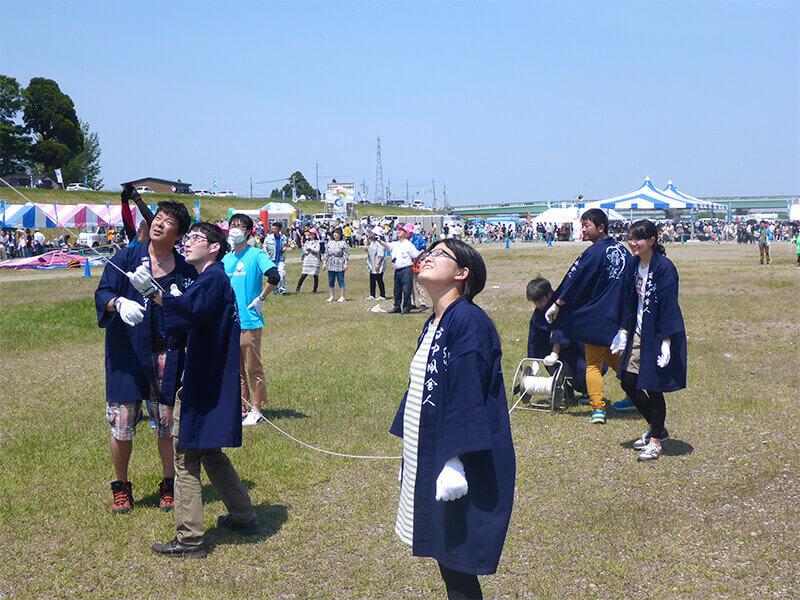 【凧揚げ倶楽部】力を合わせて大きな凧を揚げました。