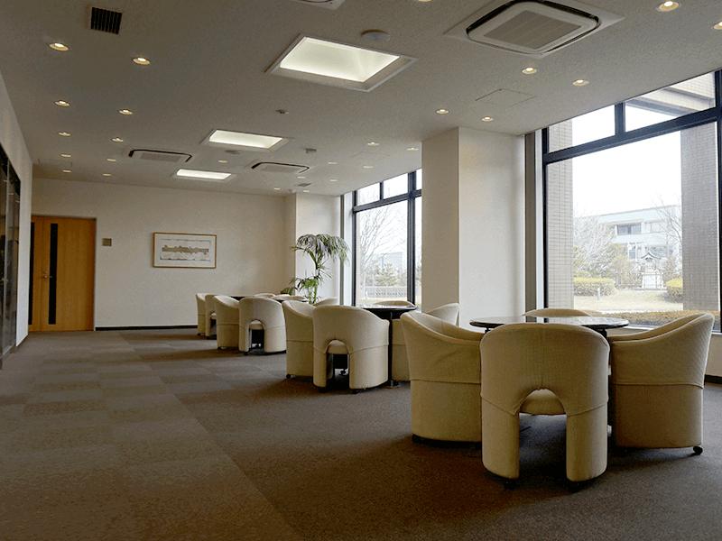 【技術開発研究所】明るいミーティングスペースでお客様と打ち合わせします。