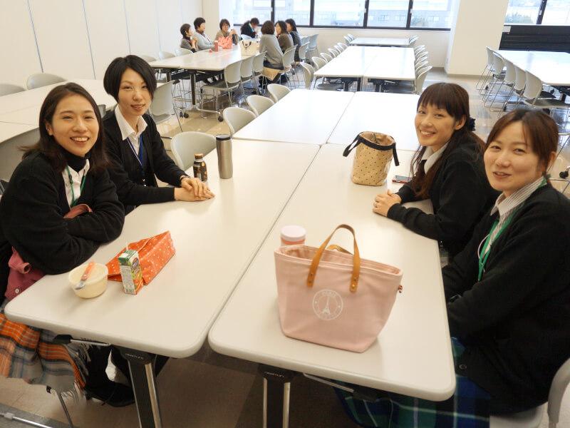 【社員食堂】お昼休みには和気あいあいとランチを楽しんでいます。