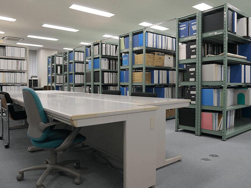 【技術開発研究所】資料室。過去の成果品が収められています。